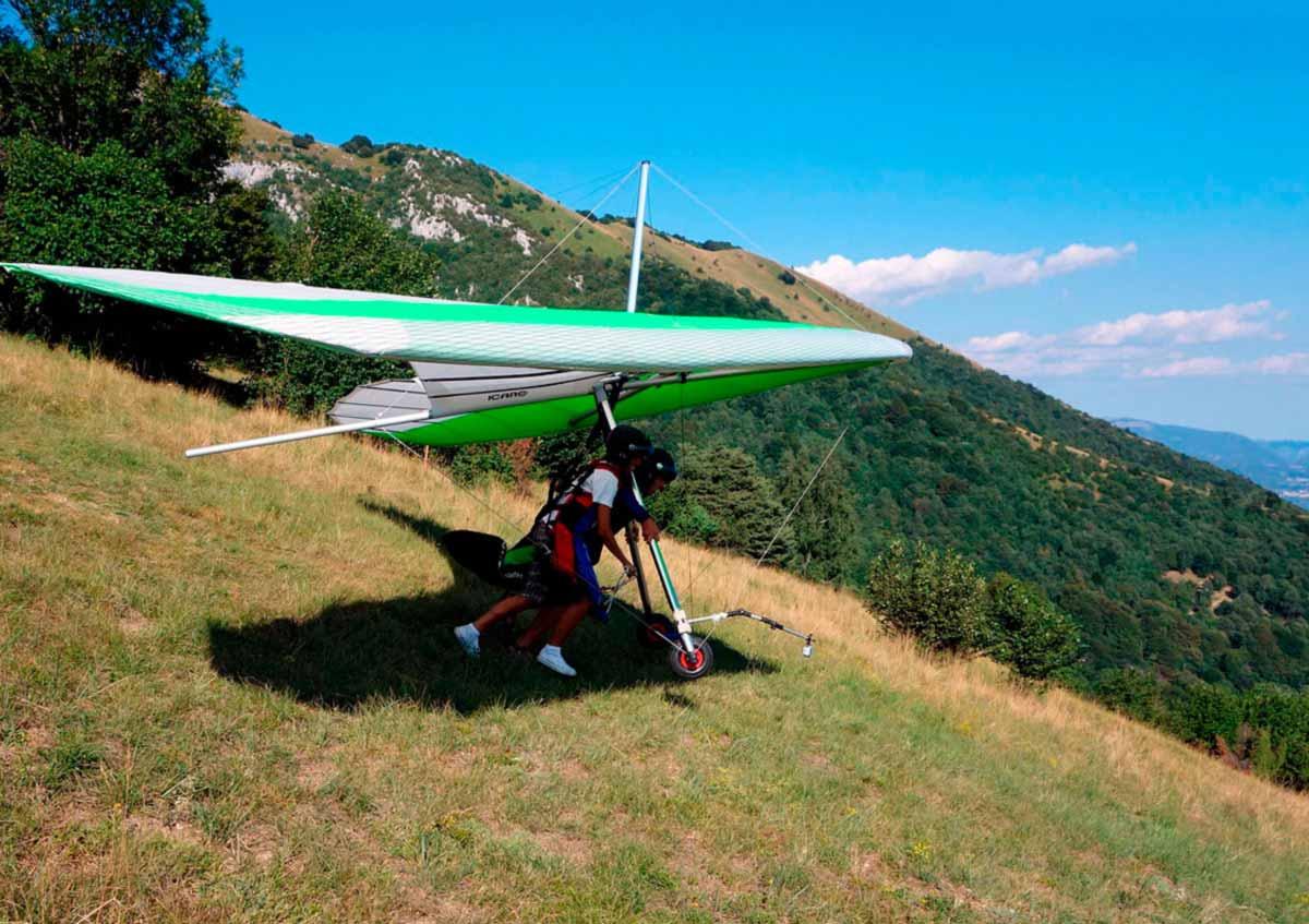 Deltaplano biposto sul lago di garda a Brescia